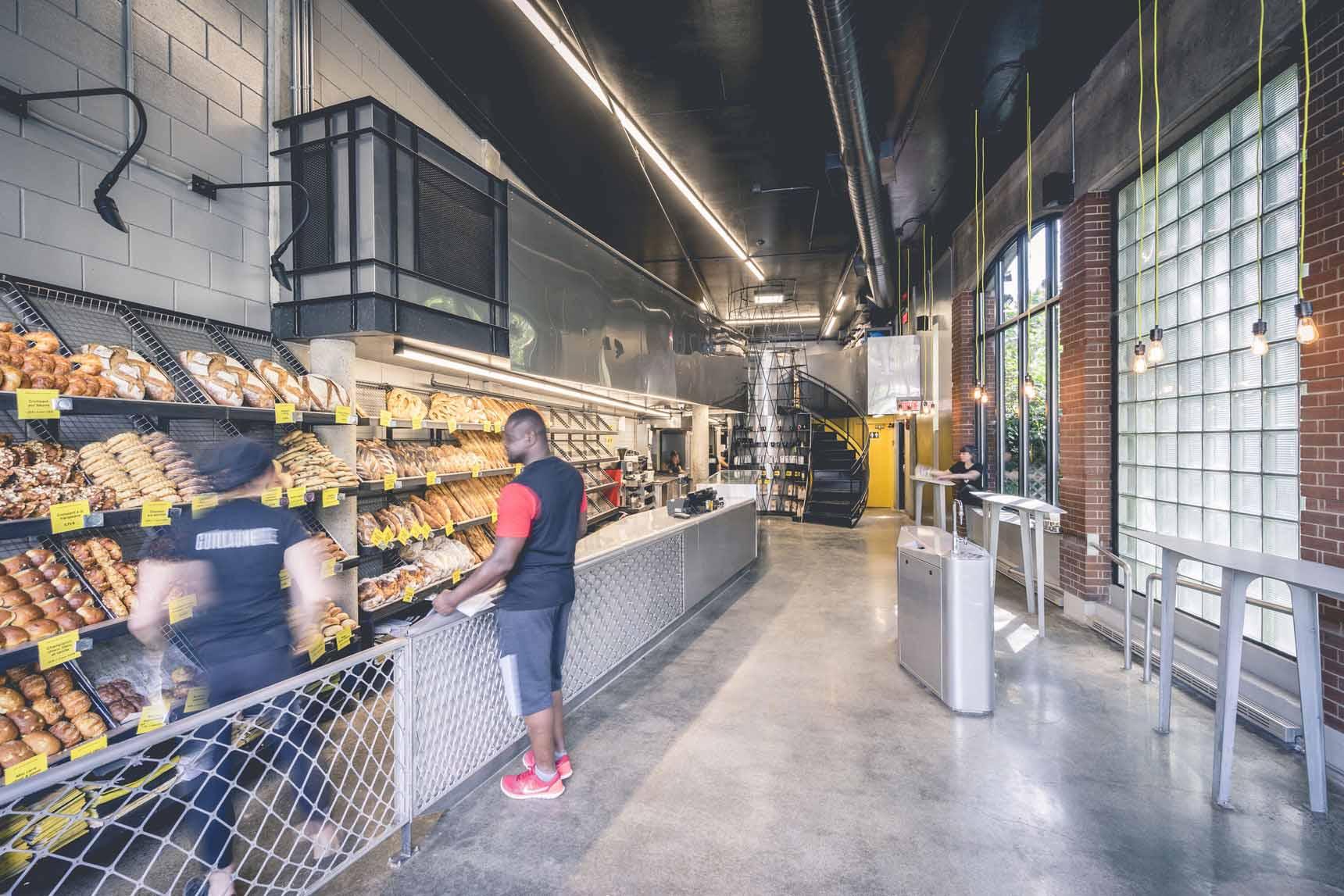 À l'entrée - D'un côté on retrouve le comptoir de service et de l'autre un espace dédiée à la clientèle.